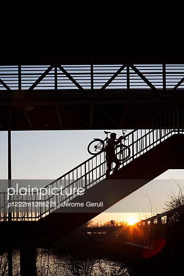 Mit dem Fahrrad die Treppe hinauf - p1222m1286275 von Jérome Gerull