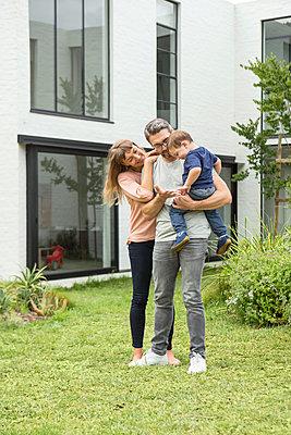 Paar mit Kleinkind - p1156m1585795 von miep