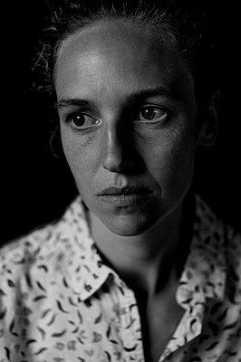 Portrait of melancholy woman - p552m2126289 by Leander Hopf