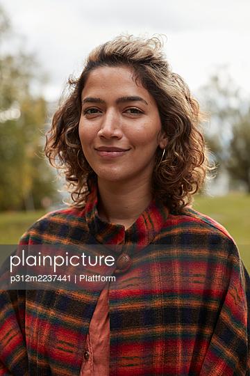 Portrait of smiling woman - p312m2237441 by Plattform