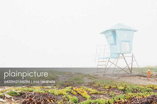 Rettungsschwimmerturm im Nebel - p432m2164284 von mia takahara