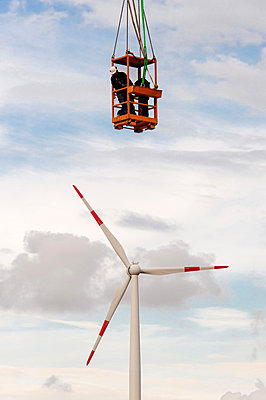 Setting up a wind turbine - p1079m880939 by Ulrich Mertens