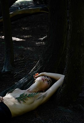 Naked woman under tree - p1229m2214900 by noa-mar