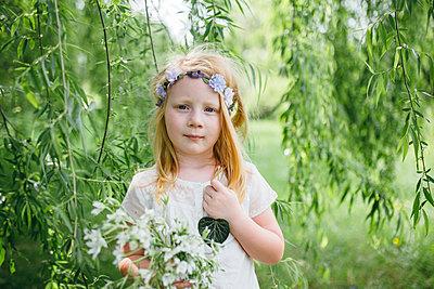 Mädchen mit Blumenkranz - p1238m1466964 von Amanda Voelker
