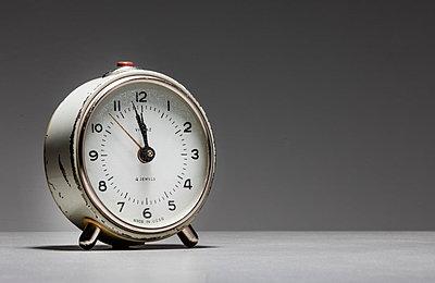Alarm clock against white background - p1276m1200087 by LIQUID