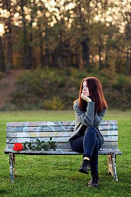 Junge Frau auf der Parkbank - p1412m2132884 von Svetlana Shemeleva