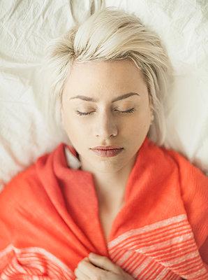 Schlafende junge Frau - p1635m2211759 von Amanda Witt