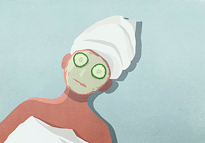 Women with face mask, cucumber on eyes and hair wrapped in towel - p301m2039680 by Malte Mueller