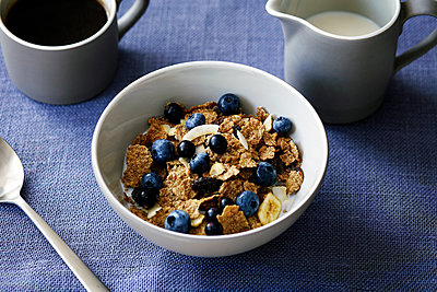 Cereal with berries, close-up - p429m1547928 by Debby Lewis-Harrison