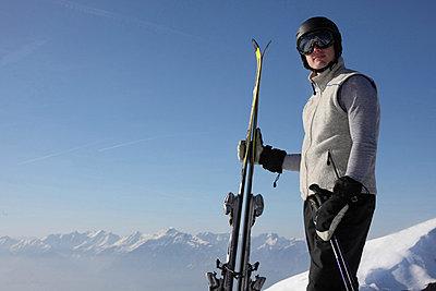 Skifahrer auf einem Berggipfel in Hochfügen, Zillertal, Tirol, Österreich - p473m670406f by STOCK4B-RF