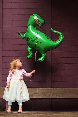 Stolz mit ihrem Dinosaurier-Ballon - p045m1181836 von Jasmin Sander