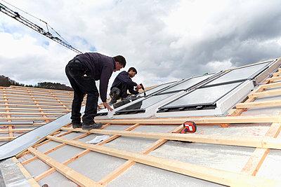 Workers installing roof windows - p300m797803f by Dieter Heinemann