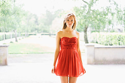 Frau im  roten Partykleid - p586m1041910 von Kniel Synnatzschke