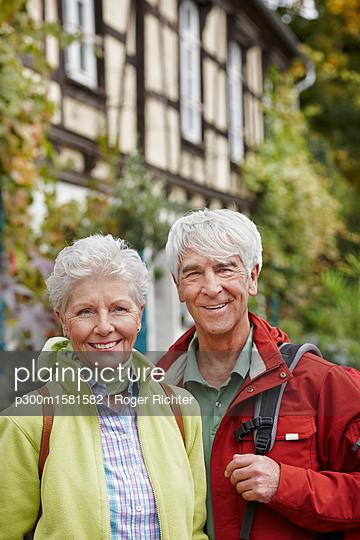 Germany, Ruedesheim, portrait of smiling senior couple - p300m1581582 von Roger Richter