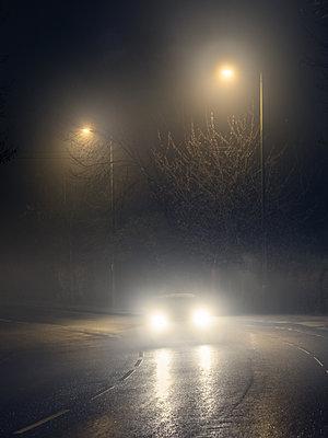 Auto im Nebel - p1280m2152528 von Dave Wall