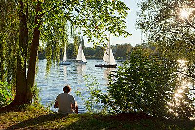 Herbstsonne an der Alster - p324m769835 von Bildagentur Hamburg
