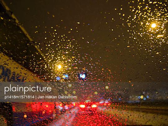 Fahren in einer regnerischen Nacht - p1418m1571814 von Jan Håkan Dahlström