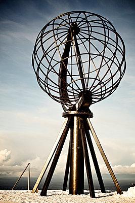 Skulptur in Globusform am Nordkap - p1065m891798 von KNSY Bande