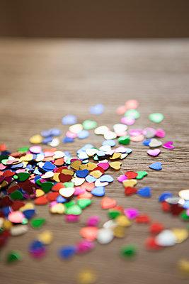 confetti - p1095m1195554 by nika