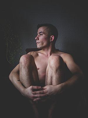 Nackter Mann sitzt auf einem Stuhl - p1267m1525636 von Wolf Meier