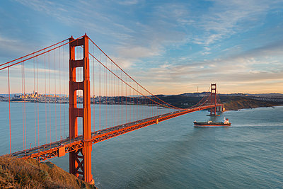 USA, California, San Francisco, Ship crossing Golden Gate Bridge in the evening - p300m1580998 von Markus Kapferer