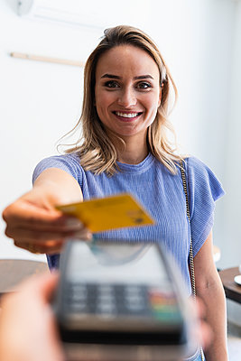 Barcelona, Spain. German Businesswoman in coffee shop. Laptop, business, blond, credit card, payment, bar, indoors, beauty, smiling, technology, positive, 30-35 years, female freelancer, thinking, reading, working - p300m2286915 von NOVELLIMAGE