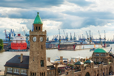 Germany, Hamburg, View to St. Pauli Landing Stages and harbour - p300m941036f by Roy Jankowski