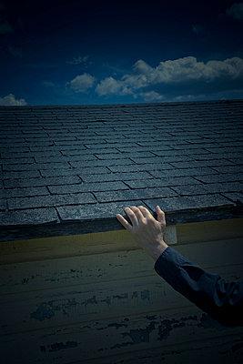Hand am Dach - p3971003 von Peter Glass