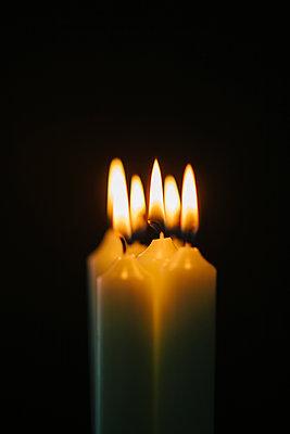 Kerzenlicht, Nahaufnahme - p586m1091030 von Kniel Synnatzschke