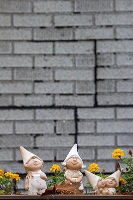 Garden dwarfs on a balony - p739m851228 by Baertels
