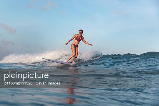 Female surfer - p1166m2111928 by Cavan Images