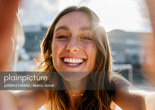 Young beautiful woman taking a selfie on a sailboat - p300m2140943 by Marco Govel