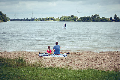 Father and daughter near the lake - p1198m2296409 by Guenther Schwering