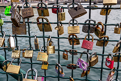 Switzerland, Zurich, fence of Muehlesteg with love locks - p300m948798 by EJW