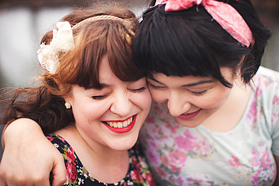 Close up of smiling women hugging - p555m1408894 by Shestock