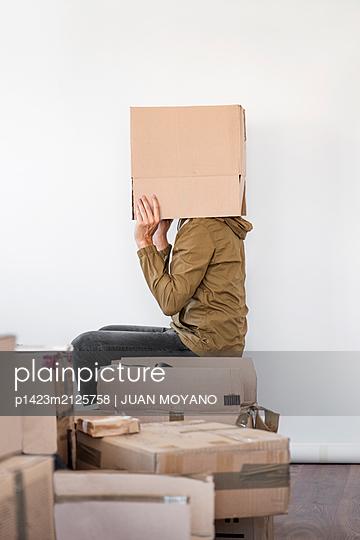 Man with a brown cardboard box in his head - p1423m2125758 von JUAN MOYANO
