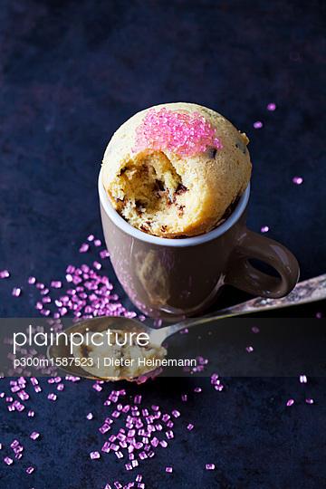Vanilla cup cake with chocolate and pink sugar granules - p300m1587523 von Dieter Heinemann