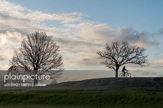Silhouette of cyclist - p312m2118631 by Johner