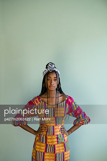 African woman wearing traditional costume - p427m2063122 by R. Mohr