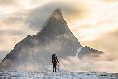 Mountaineer prepares for a day of climbing on Baffin Island. - p1166m2189696 by Cavan Images