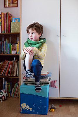 Kind sitzt auf Büchern - p1308m1332337 von felice douglas