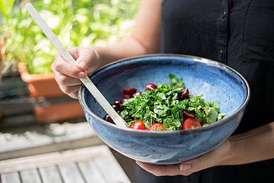Frischer Salat in Schale - p1396m1464951 von Hartmann + Beese