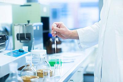 Lab technician experimenting in lab - p300m2083902 von Sigrid Gombert