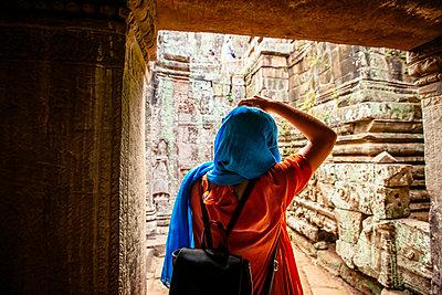 Woman exploring ruins at Angkor Wat, Siem Reap, Cambodia - p555m1311765 by Inti St Clair