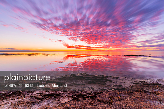 Sunset at the indian ocean - p1487m2115318 by Ludovic Mornand