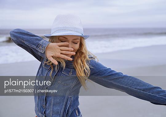 Glückliche junge Frau am Strand - p1577m2150307 von zhenikeyev