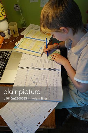 Home schooling during lockdown - p1610m2260893 by myriam tirler