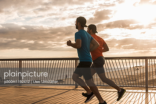 USA, New York City, two men running on Coney Island - p300m1192412 by Uwe Umstätter