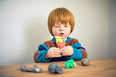 Kleiner Junge spielt mit Knete - p1284m1541278 von Ritzmann
