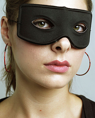 Junge Frau mit Maske - p3530161 von Stüdyo Berlin